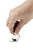 Une main de la femme s retenant une cigarette image libre de droits