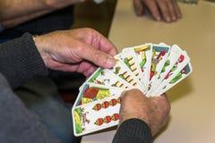 Une main des cartes de tarot pictoral pendant le marisov karty Images libres de droits
