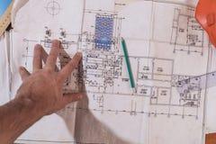 Une main du ` s d'homme dessine un dessin de construction Image stock