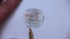 Une main du ` s d'homme utilise un crayon polychrome pour ombrager le bitcoin sur une feuille de papier blanche banque de vidéos