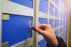 Une main femelle ouvre le coffre-fort photo stock