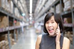 Une main femelle tenant le t?l?phone portable image stock