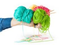 Une main femelle tient des fils de coton pour le tricotage Photo libre de droits