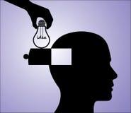 Une main insérant une idée d'ampoule dans la tête d'un homme Image libre de droits