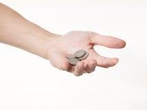 Une main mâle avec des pièces de monnaie Images libres de droits