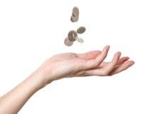 Une main mâle avec les pièces de monnaie en baisse Photographie stock libre de droits