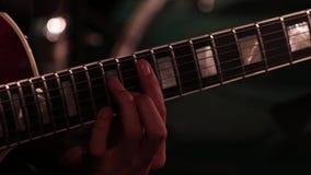 Une main masculine tout en jouant une guitare électrique Plan rapproché Longueur sur un thème musical banque de vidéos