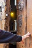 Une main ouvre une vieille porte image libre de droits