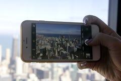Une main prenant une photo avec son téléphone Image stock