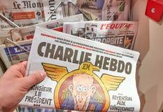 Une main tenant Charlie Hebdo Image stock