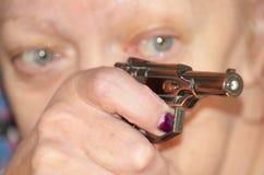 Une main tenant une arme à feu Images stock