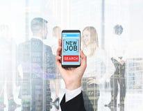 Une main tient un smartphone avec le texte photographie stock