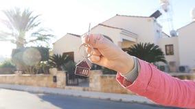 Une main tient une clé de la nouvelle maison banque de vidéos