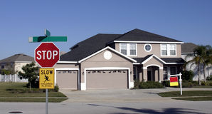 Une maison à vendre images stock