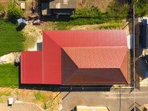 Une maison avec un auvent au-dessus de la cour Toit de profil ondulé en métal Tuiles en métal Photos stock