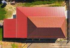 Une maison avec un auvent au-dessus de la cour Toit de profil ondulé en métal Tuiles en métal Photo stock