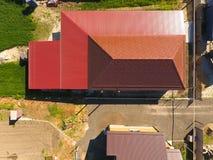 Une maison avec un auvent au-dessus de la cour Toit de profil ondulé en métal Tuiles en métal Images libres de droits