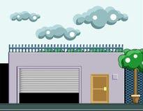 Une maison avec un garage, arbres sur l'avant et nuages dans le ciel Image stock