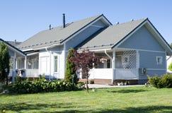 Une maison avec un jardin Images stock