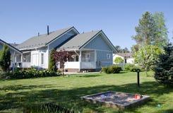 Une maison avec un jardin Images libres de droits