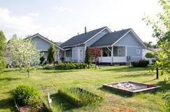 Une maison avec un jardin Image stock