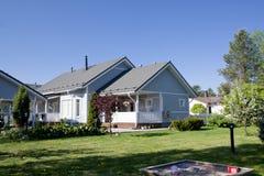 Une maison avec un jardin Photographie stock