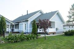 Une maison avec un jardin Photos libres de droits