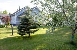 Une maison avec un jardin Photo stock