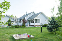 Une maison avec un jardin Photographie stock libre de droits