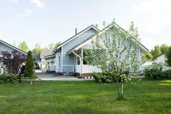 Une maison avec un jardin Photo libre de droits