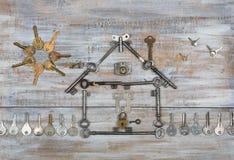 Une maison avec une barrière et le soleil des clés antiques Image stock