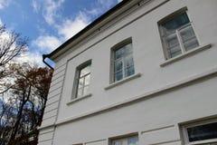 Une maison blanche comme neige avec un toit vert dans le domaine du compte Leo Tolstoy dans Yasnaya Polyana en octobre 2017 Photographie stock