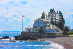 Une maison bleue sur la plage. photo stock