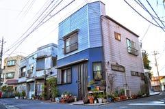 Une maison colorée à un coin d'une rue Images libres de droits