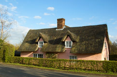 Une maison couverte de chaume anglaise dans la campagne photos libres de droits