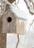 Une maison d'oiseau après une tempête de glace Photo libre de droits