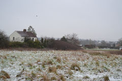 Une maison dans la neige Photographie stock libre de droits