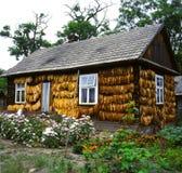 une maison de campagne dans l'est de la Pologne avec du tabac de séchage image stock