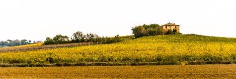 Une maison de ferme se repose en haut de la colline en Toscane Photographie stock libre de droits