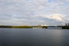 Une maison de flottement bleue sur les banques de la rivière de Dnieper Landsca image libre de droits