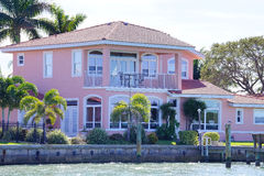 Une maison de plage rose Photographie stock