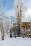 Une maison de village et une barrière en métal sur la route au monastère de Geghard Photos stock
