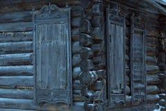 Une maison en bois abandonnée très vieille Photo libre de droits