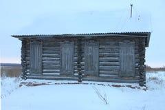 Une maison en bois abandonnée très vieille Photo stock