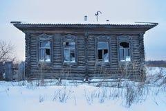 Une maison en bois abandonnée très vieille Image libre de droits