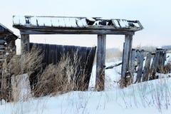 Une maison en bois abandonnée très vieille Photographie stock libre de droits