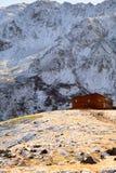 Une maison en bois dans les montagnes Photos stock
