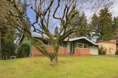 Une maison en bois de voie de garage de panneau d'histoire Photos stock