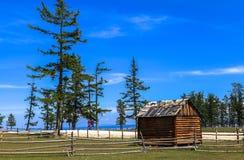 Une maison en bois en Mongolie Image stock