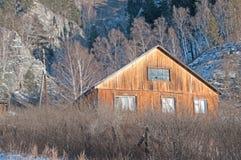 Une maison en bois en montagnes, en hiver Images stock